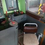 Ovládací prvky a sedačka strojvedoucího.
